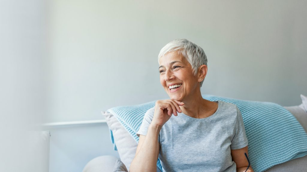 Image of smiling woman sitting on the couch. Does a catheter hurt? If the right kind is used and t is used properly, catheters should be relatively comfortable.